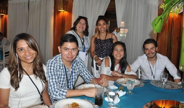 Los comunicadores disfrutando de un delicioso almuerzo en el salón Guanaja del Paradise Beach Resort.