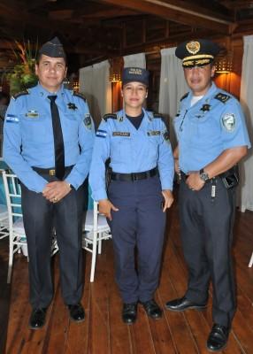 Miembros de la Policía Nacional, Sub Comisionado Ever Ordoñez, Clase 1 de Policía, Rita Bertrand y el Jefe de Policía, Sub Comisionado Miguel Martínez.