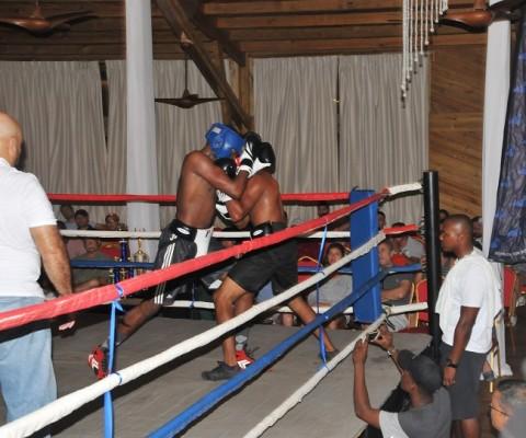 Parte de las actración del Paradise Beach Hotel durante la noche, hubo una entretenida pelea de boxeo.