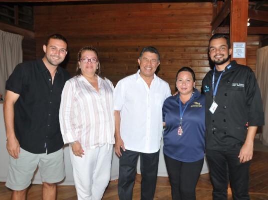 El ministro de Turismo, Emilio Silvestri (al centro) Chris Amano, Xiomara Lemus, Flor Madrid y Carlos Espinal.