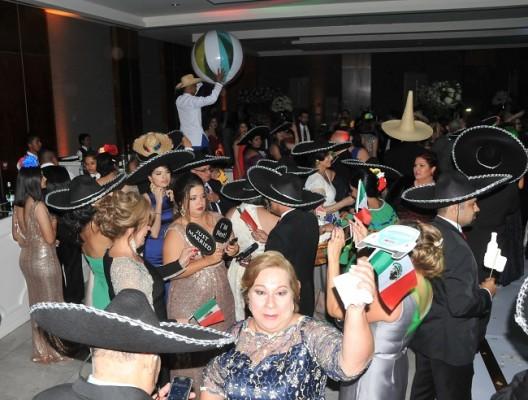 """Al llegar """"La hora mexicana"""" la diversión fue la apuesta de la noche entre los novios e invitados especiales al enlace Treviño-Naranjo."""