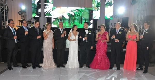 Las familias Díaz y Barón, brindan por la felicidad de los recien casados.