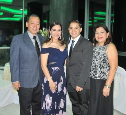David Orellana y Kimberlyn Ulloa con sus padres, Jorge Ulloa y Rosalinda Cardona