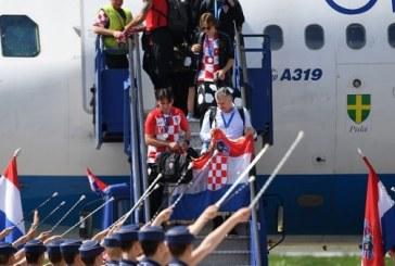 La selección Croata llega a su país y es recibida con honores de campeona por el ejército y una multitud (+ fotos)