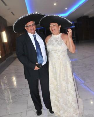 """Juan José y Marta de Caraccioli lucieron sus sombreros """"charros"""" para Farah La Revista."""