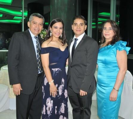 Kimberlyn Ulloa y David Orellana, junto a sus padres, Plutarco Orellana y Elibenia Gómez de Orellana