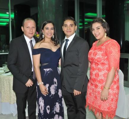 Kimberlyn Ulloa y David Orellana, junto a sus testigos de boda, Rony Hernández y Scarleth Girón