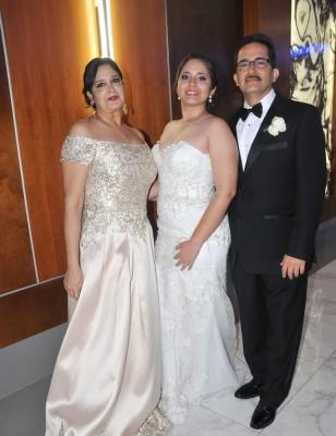 María Fernanda Naranjo Moncada, con sus padres, Carlos Enrique Naranjo y Rosa María de Naranjo