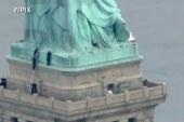 Mujer escala Estatua de la Libertad en protesta por políticas migratorias de Trump