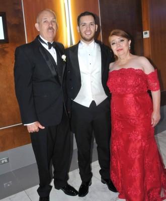 Samuel Treviño Rodríguez con sus padres, José Lorenzo Treviño y Diana de Treviño