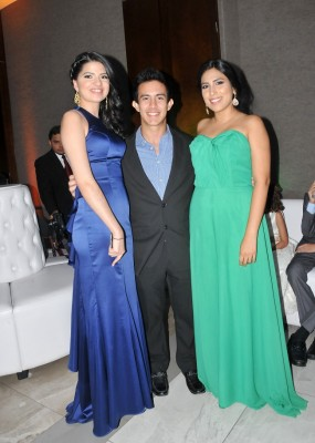 Stephanie Vallecillo, Sergio Torres y Linda Martínez