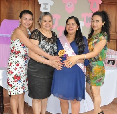 Yeny Maldonado, la abuela paterna Leonor Contreras, Ana Julia y Angela Maldonado.