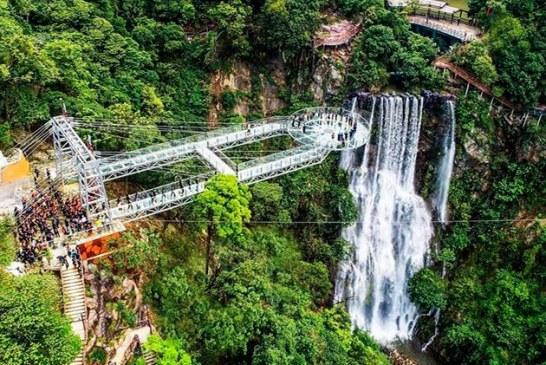 Una plataforma de vidrio a 200 metros de altura es la nueva atracción turística de China