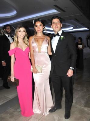 Andrea Hesse, Paola Cruz y Roger Larach
