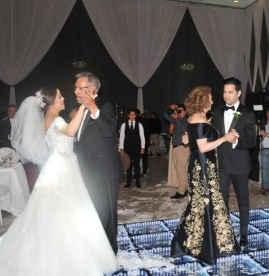 Arlene María bailó con su padre, Carlos Imendia, mientras que Ricardo lo hizo con su madre, doña Sarita Saad de Rivera