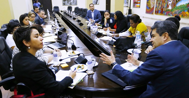 Presidente Hernández conoce visión de Red de Mujeres y acciones que las beneficien