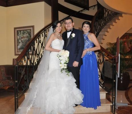 Bianca Fernández y Miguel Solis junto a la madre de la novia, Ester Izaguirre Bonilla