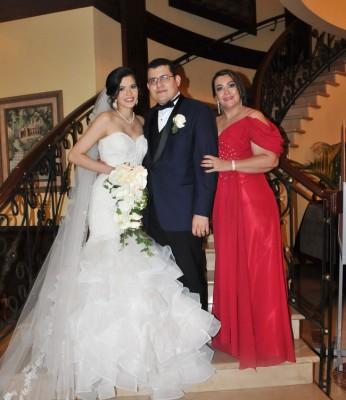 Bianca Fernández y Miguel Solis junto a su madre, Sandra Isabel Madrid