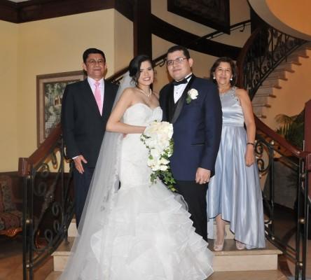 Bianca Fernández y Miguel Solis junto a sus padrinos de boda, Audelio Díaz y Maribel Reyes.