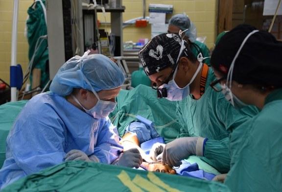 Médicos militares estadounidenses realizan brigada de cirugías ortopédicas en el HEU