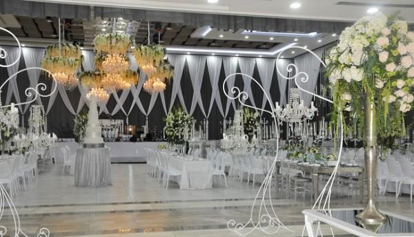 El hermoso pastel de bodas elaborado por Nadia Canahuati de Signature Cake lució fabuloso en el entorno creado por Alexandra Lockmer. La iluminación del recinto fue perfecta.