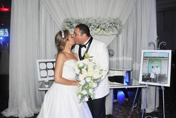 Reyna y su esposo Danilo, sellaron su promesa de amor con un apasionado beso.