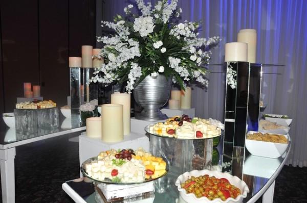 La apetitosa entrada que dispusieron para los selectos invitados de la boda Ponce-Pinel, armonizó de manera perfecta con la eleganmte decoración de Marcela Cueva y Casa, Jardín y Más