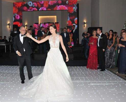Eugenia Bendaña Prieto baila con su padre, Ricardo Bendaña, una de las melodías que exterioriza los profundos sentimientos de ambos…