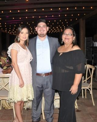 Faria Pineda, David Barahona y su madre, Larissa Mejía.