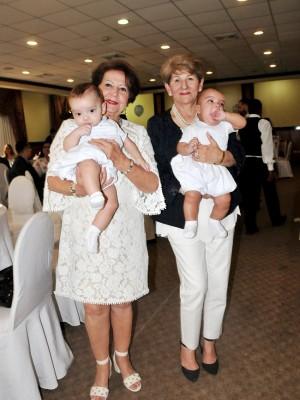 La abuela paterna, Marlene Montalván y la abuela materna Ziola Chacón, sostienen en brazos a sus nietos Eduardo Antonio y Ricardo Andrés Larios Castro.