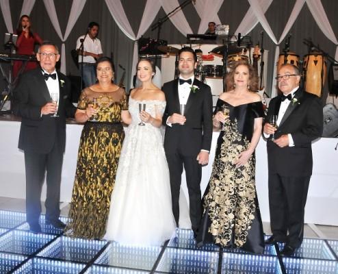 Las familias Rivera e Imendia, brindan por la felicidad de la joven pareja de recien casados