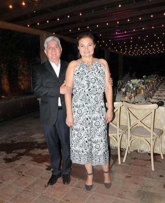 Los padres de la novia, Efren y Melania Pineda.