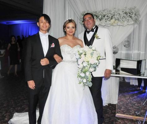 Los recien casados, Danilo Ponxce y Reyna Pinel, junto a su hijo Danilo Felipe Jr.