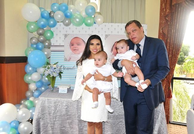 Doble felicidad al bautizar a los mellizos Larios-Castro