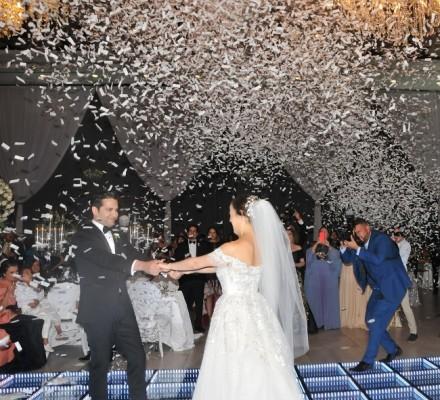 Ricardo Antonio Rivera Saad y Arlene María de Imendia bailan su vals como esposos bajo una alegre lluvia de confeti