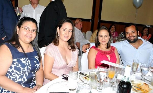 Tania Alvarado, Emma Robelo, Melany y Juan Robelo
