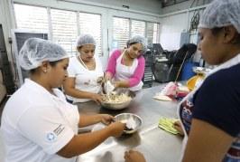Mujeres sampedranas aprenden a elaborar postres fríos mediante talleres gratuitos