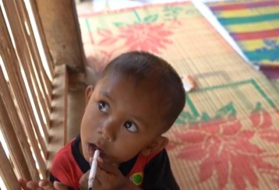 ¡Indignante! Niño de 2 años fuma dos paquetes de cigarrillos por día (Video)