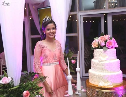 Alexa compartió con sus selectos invitados el exquisito pastel de cumpleaños que elaboró parta la ocasión Maritza´s Bakery