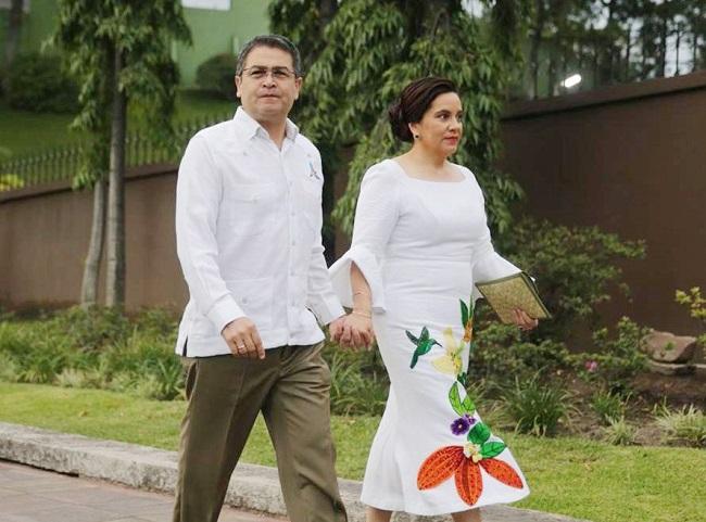 Pareja presidencial viste atuendos elaborados por artesanos y diseñador de Intibucá
