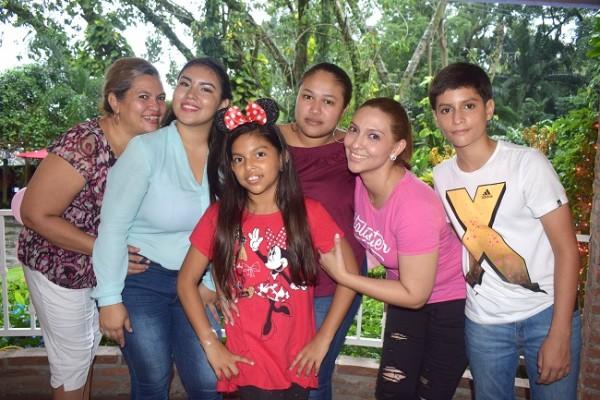 Delmy Canales, Nayely Madrid, Mhia Valeria Barahona Caballero, Verenice Jiménez, Teresa Caballero y Diego Caballero.