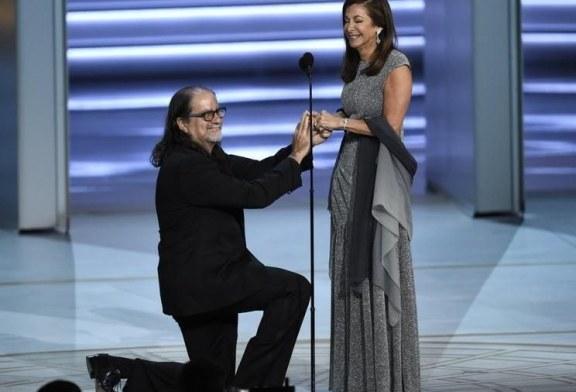 Director de los Óscar aprovechó el tiempo de su discurso para pedirle matrimonio a su novia en los Emmy 2018 (VIDEO)