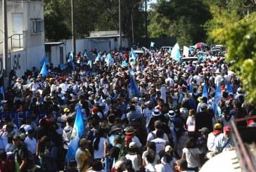 Guatemaltecos marchan exigiendo la renuncia del presidente Jimmy Morales