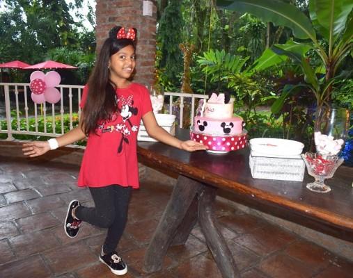 La cumpleañera compartió con todos sus invitados su exquisito pastel de celebración.