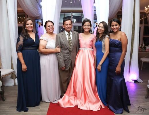 Scarleth Mena, Lidabel Mena, Mario Antonio Mena, Alexa Mena, Grethel Mena y Heidy Mena