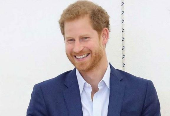 Agarran con las manos en la masa al príncipe Harry robándose algo y el suceso se hace viral (+video)
