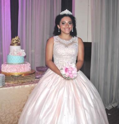 Brinly Michelle Gómez Enamorado celebró sus 15 primaveras con una fantástica fiesta en los amplios salones del Club.