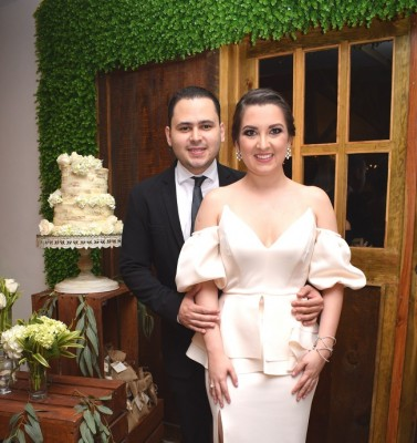 Carlos Rodolfo Mejía Perdomo y Nora Luisa Bueso Aragón, con la alegría y felicidad a flor de piel se preparan ahora para concretar su boda eclesiástica en España.