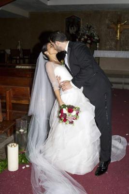 Carlos y Rozeana sellaron su promesa de amor con un romántico beso