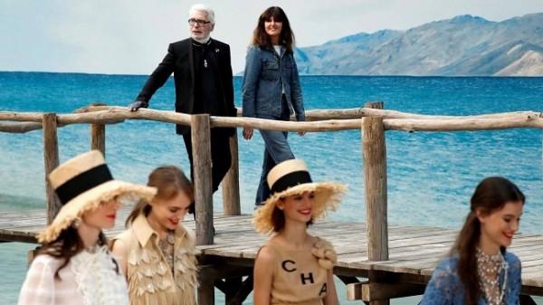 El diseñador alemán Karl Lagerfeld y su número dos, Virginie Viard, observan a las modelos con sus creaciones